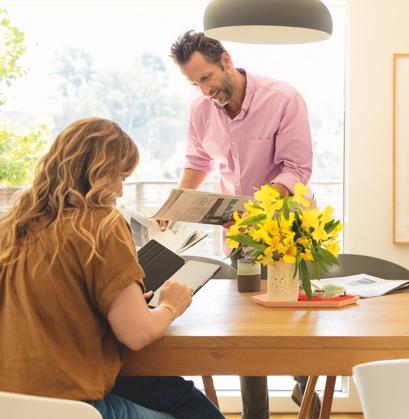 personas con un tablet conectado a la red de Verizon Fios.